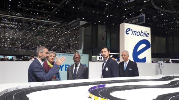 Kofi Annan en 2018 à l'écoute des conseils sur le stand e-mobile
